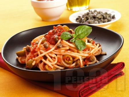 Спагети с доматен сос, каперси и зелени маслини - снимка на рецептата